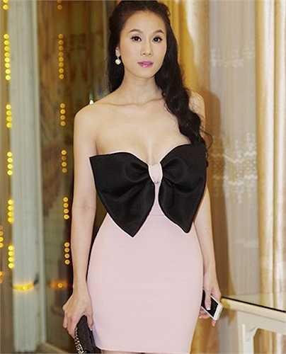 Trong bức tiệc sinh nhật linh đình của Thái Hà, cô diện một thiết kế váy quây, có tông màu hồng nhạt hợp xu hướng thời trang. Điểm nhấn thắt nơ vừa nữ tính vừa gợi cảm, thế nhưng, không biết vì lý do gì, chiếc váy ôm lại không vừa vặn thân thể người đẹp, gần như chực rơi, khiến người đối diện ái ngại.