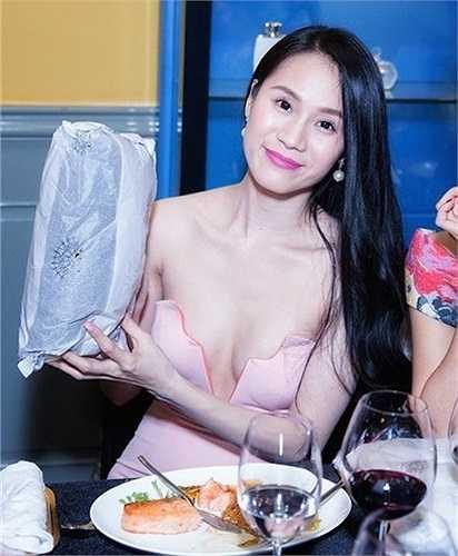 Cô cũng là chủ nhân của chiếc váy cúp ngực khoét sâu khá lỏng lẻo và vô cùng nguy hiểm cho người mặc này.