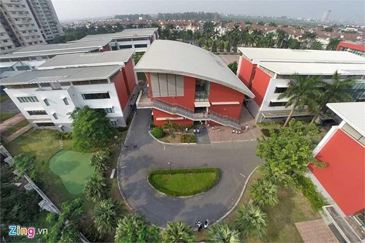 Hanoi Academy là ngôi trường được đầu tư cơ sở vật chất hiện đại tại Hà Nội, đảm bảo cho các học sinh một môi trường học tập tiên tiến. Đặc biệt, năm 2009, công trình trường Hanoi Academy đã hai lần cùng đơn vị tư vấn thiết kế nhận giải thưởng cao nhất tại châu Á và Trung Đông về thiết kế.