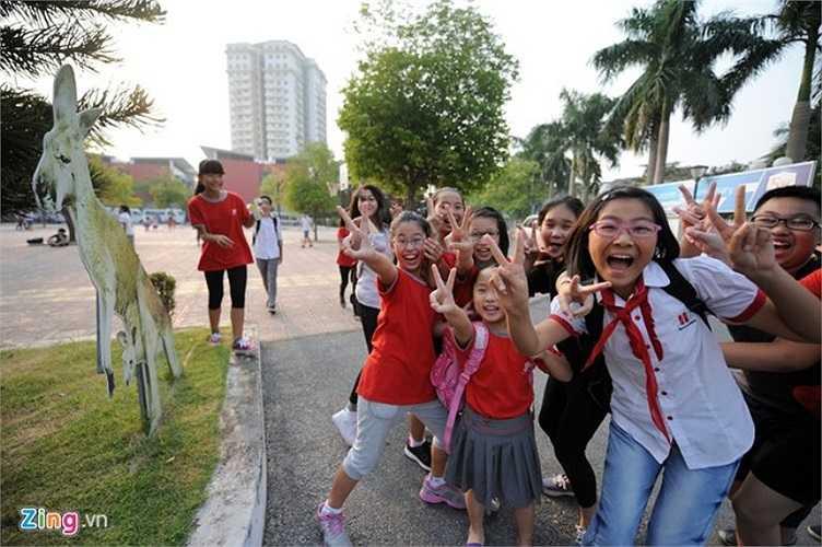 Học sinh vui vẻ trong giờ ra chơi