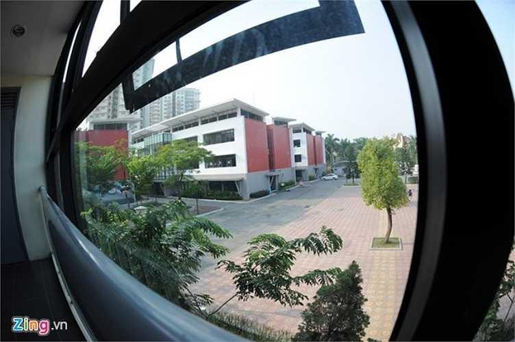 Một góc sân trường nhìn từ cửa sổ