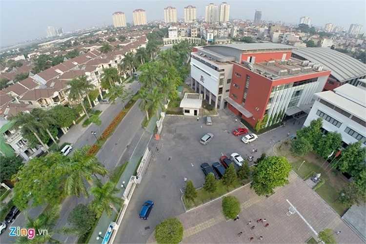 Hơn 70% trên tổng diện tích 26.000 m2 của Hanoi Academy là không gian xanh với các vườn hoa, cây, thảm cỏ, sân chơi, tạo môi trường thân thiện cho các em.