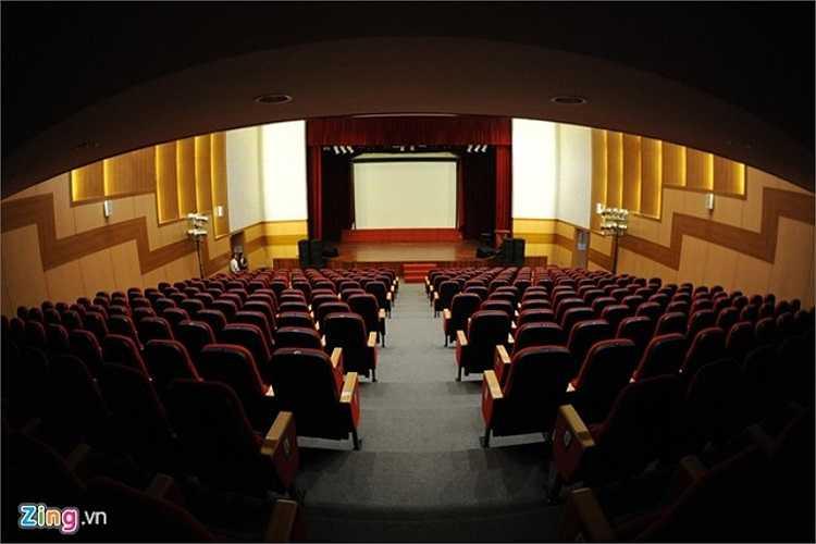 Nhà biểu diễn được thiết kế 2 tầng là niềm tự hào của học sinh trong trường. Tại đây, hệ thống âm thanh, ánh sáng được trang bị phục vụ cho các sự kiện, giao lưu quan trọng.