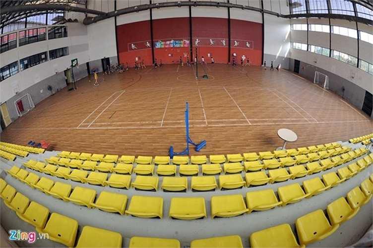 Nhà thể thao đa năng là nơi diễn ra các hoạt động phát triển thể chất và tinh thần đồng đội như bóng rổ, bóng chuyền, cầu lông, bóng bàn, tennis hay bóng đá.