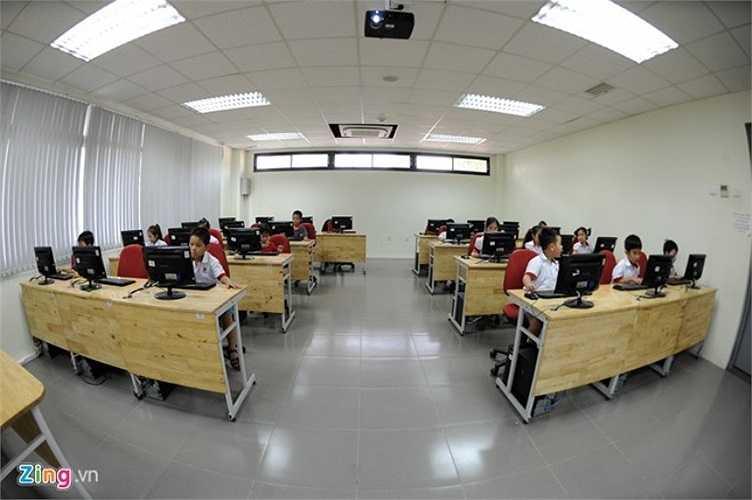 Các phòng máy tính là nơi học sinh thực hành tin học, giúp học sinh tra cứu thông tin.