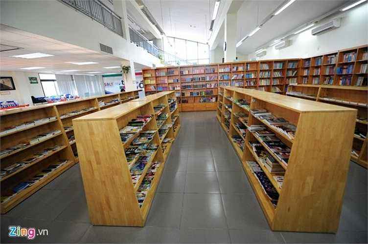 Thư viện hiện đại lên tới hơn 10.000 cuốn sách. Học sinh trong trường được đặt báo theo tuần, tháng, phù hợp với lứa tuổi. Đây còn là nơi diễn ra các buổi thảo luận về hướng nghiệp, du học.