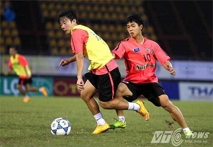 Điều đó giúp không khí buổi tập rất hăng say. Dù còn mệt sau giải U19 Châu Á song mọi vị trí đều nỗ lực tuân thủ chiến thuật của HLV, hi vọng giành được suất đá chính vào ngày mai.(Ảnh: Quang Minh)