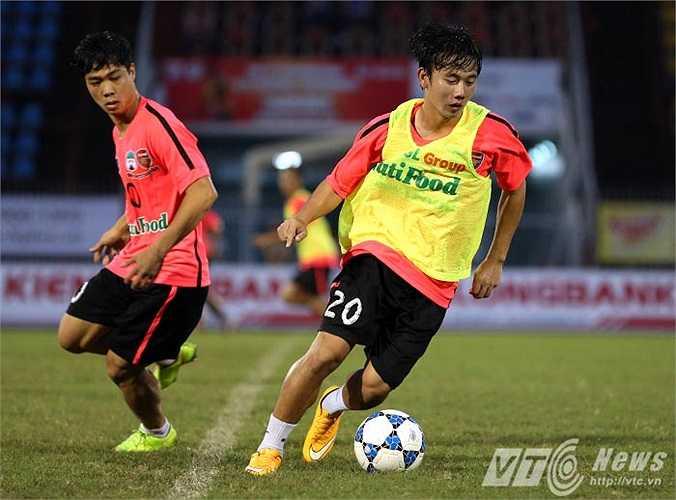 Minh Vương cạnh tranh quyết liệt với Tuấn Anh, Xuân Trường ở vị trí tiền vệ trung tâm. Hiện U19 HAGL Arsenal JMG có rất nhiều tiền vệ tổ chức có kỹ thuật và nhãn quan chiến thuật tốt (Ảnh: Quang Minh)