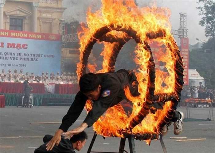 300 chiến sĩ đặc nhiệm đã biểu diễn võ thuật, phòng chống cướp giật, chống khủng bố...Màn phi thân qua vòng lửa cháy đỏ rực nhận được sự tán thưởng nhiệt tình của đồng đội.