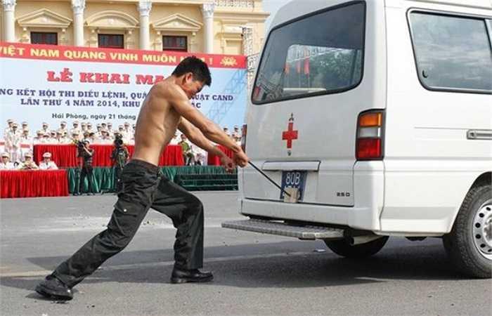 Dùng yết hầu đẩy xe cứu thương di chuyển.