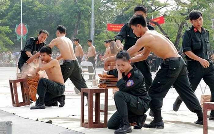 Không hề kém cạnh cánh nam giới, nữ cảnh sát cơ động đã khiến cho hàng trăm đồng nghiệp và quan khách thán phục.