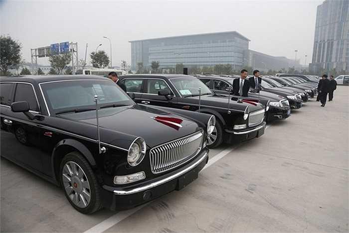 Với chiều dài 5 mét và được trang bị kính chống đạn, Hồng Kỳ là dòng xe cao cấp nhất ở Trung Quốc do công ty ô tô First Auto Works (Thượng Hải) sản xuất. Giá mỗi chiếc xe cũng thuộc hàng đắt nhất Trung Quốc: khoảng 6 triệu nhân dân tệ, tức gần 980.000 USD.