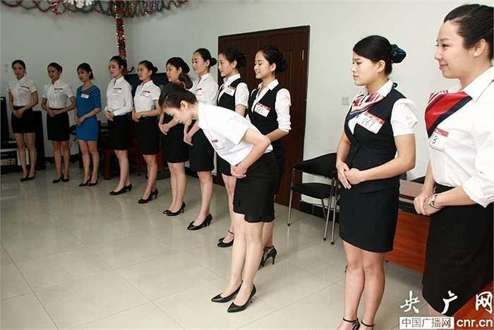 Những thí sinh ứng tuyển tiếp viên hàng không trong bộ đồng phục đen trắng