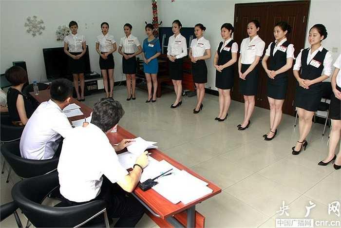 Theo Tân Hoa Xã, có khoảng 500 thí sinh đăng ký thi tuyển tiếp viên hàng không của công ty hàng không Côn Minh, Trung Quốc