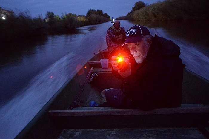 Ngư dân vùng Astrakhan đi săn cá ban đêm
