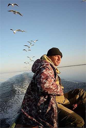 Trên đường đi săn cá vào mùa thu nắng nhẹ
