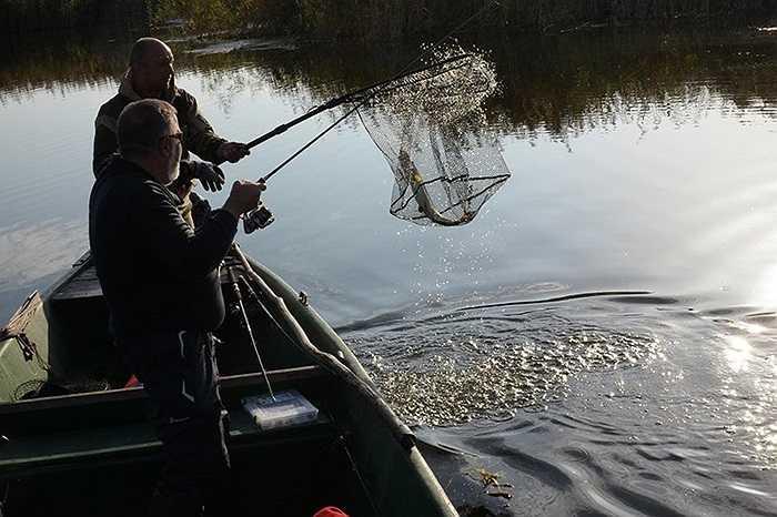 Cần thủ vừa chinh phục được một chú cá ở Astrakhan