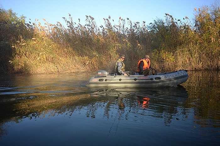 Họ dùng xuồng máy để đánh cá trên sông