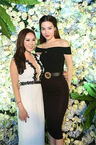 Hà Hồ chọn cho mình một bộ cánh màu đen huyền bí khi đến dự sinh nhật của Hoa hậu Thu Hoài.