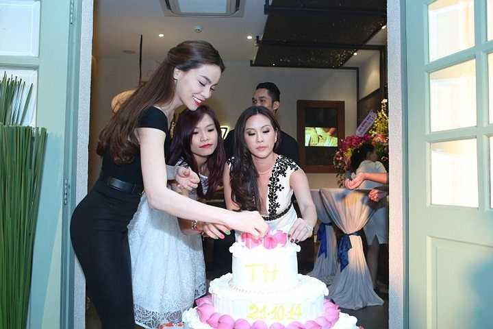 Nữ ca sỹ 'Tìm lại giấc mơ' mặc dù tham dự sinh nhật xong phải chạy xuống Cần Thơ liền để kịp cho show sinh viên nằm trong khuôn khổ Tour diễn xuyên Việt nhưng cô vẫn cô rất tươi tắn và ủng hộ người bạn thân một cách nhiệt tình.
