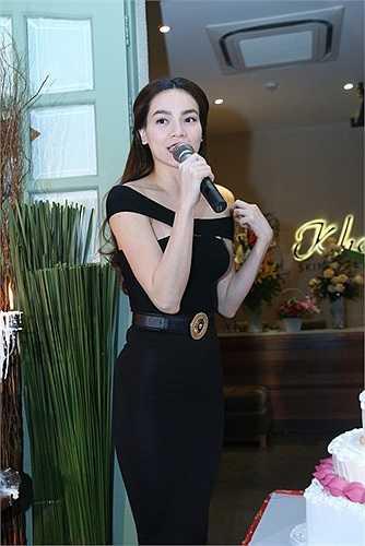 Thanh Thảo cũng quậy không kém khi hát cùng DJ các ca khúc dance nóng hổi.