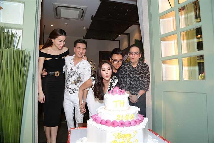 Cùng nhìn những hình ảnh của Hà Hồ, Mr Đàm trong lễ sinh nhật hoa hậu Thu Hoài.