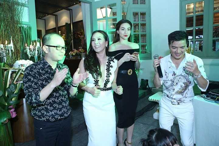 Buổi tiệc có sự tham dự của khá nhiều khách mời là các doanh nhân, các khách hàng VIP và các nghệ sỹ nổi tiếng