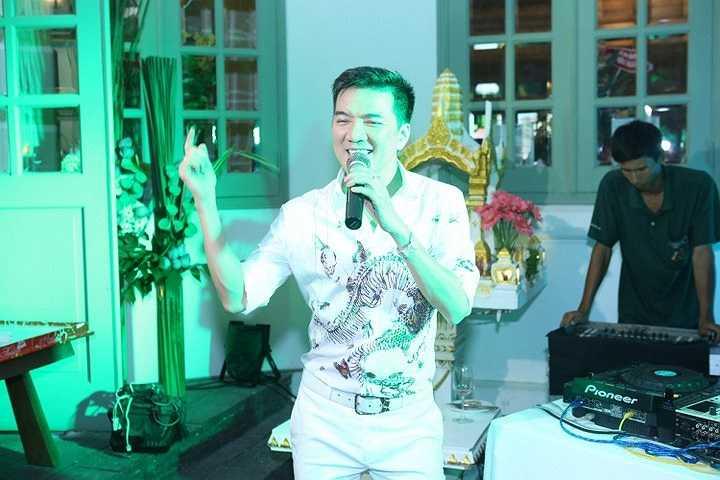 Sau phần giới thiệu chào mừng, dàn khách mời thân thiết của Thu Hoài bao gồm Mr Đàm, Hà Hồ, NTK Công Trí, doanh nhân Dương Quốc Nam đã cùng lên sân khấu thổi nến và cắt bánh kem cùng Hoa hậu Thu Hoài