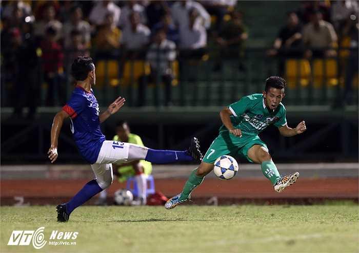 Trở về khoác áo U19 HAGL Arsenal JMG, Hồng Duy được thầy Giôm thử nghiệm ở vị trí tiền vệ trái trong trận gặp U21 Malaysia. (Ảnh: Quang Minh)