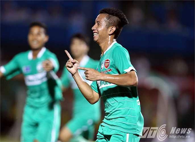 Niềm vui của Hồng Duy sau bàn thắng mở tỷ số. Từ nỗi buồn của tội đồ U19 Việt Nam, anh trở thành người hùng của U19 HAGL Arsenal JMG.(Ảnh: Quang Minh)