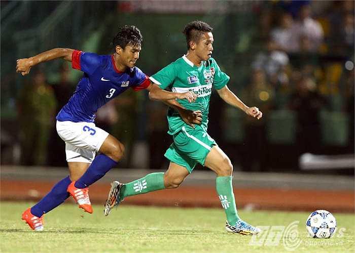 Sau bàn thắng, Hồng Duy càng chơi sung hơn ở cánh trái. Những pha băng lên đầy tốc độ và sức mạnh của anh khiến cho hàng thủ đối phương chao đảo.(Ảnh: Quang Minh)