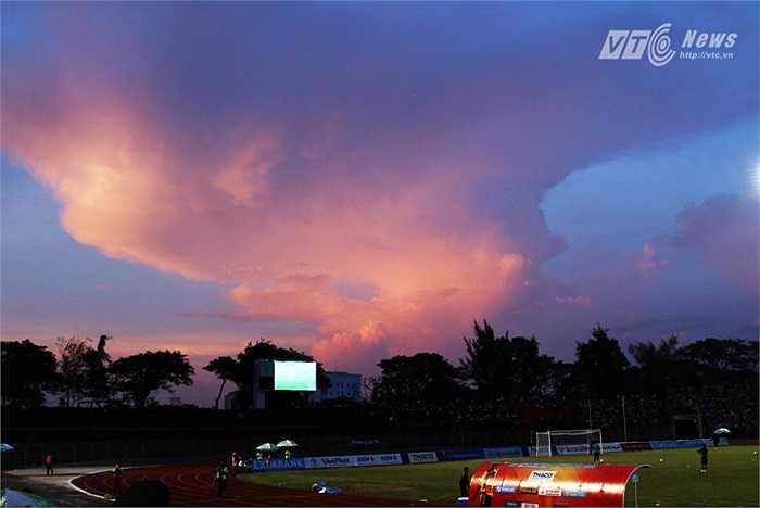 Một dải mây lửa rực đỏ, xuất hiện ở cuối sân Cần Thơ. (Ảnh: Quang Minh)