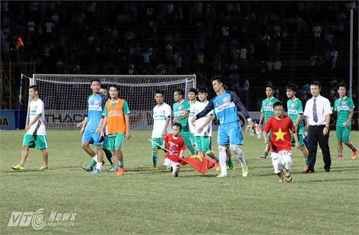 Cuối trận, một số fan nhí còn chui qua hàng rào, chạy vào sân xin chữ ký các cầu thủ U19 HAGL Arsenal JMG.(Ảnh: Quang Minh)