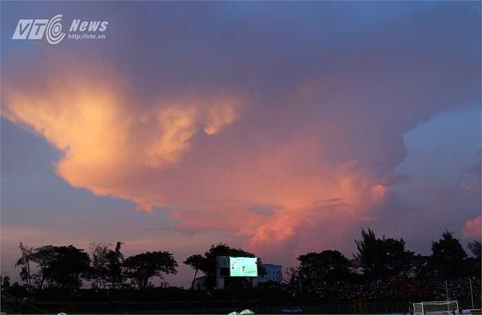 Dải mây tạo nên một cảnh tượng đẹp mắt, thú vị.(Ảnh: Quang Minh)