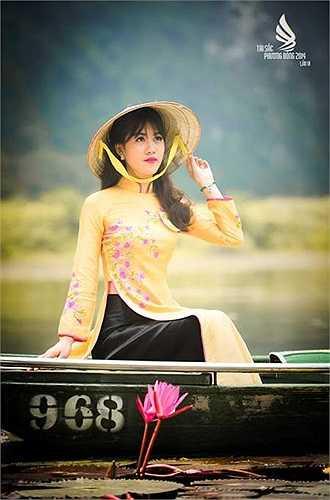 Lương Thị Hoa sinh năm 1994, cao 1m65, cân nặng 46kg, đến từ Khoa Ngoại ngữ. Cô đam mê nghệ thuật và giành được khá nhiều giải trong cuộc thi hoa khôi sinh viên.