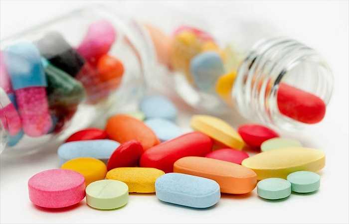 Tác dụng phụ với những thuốc theo toa: Tỏi có thể can thiệp với một số loại thuốc đang uống được kê theo toa, đặc biệt là với một số loại thuốc chống đông máu được sử dụng trong quá trình phẫu thuật.