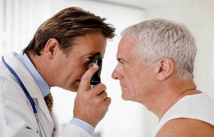 Không nên ăn tỏi khi bị các bệnh về mắt: Y học Trung Quốc tin rằng ăn nhiều tỏi trong thời gian dài là tác nhân làm tổn thương mắt và tổn thương gan. Vì vậy khi có các bệnh về mắt, khí sắc kém, thiếu máu, giảm thị lực, ù tai, hoa mắt, mất trí nhớ… không nên ăn quá nhiều tỏi.
