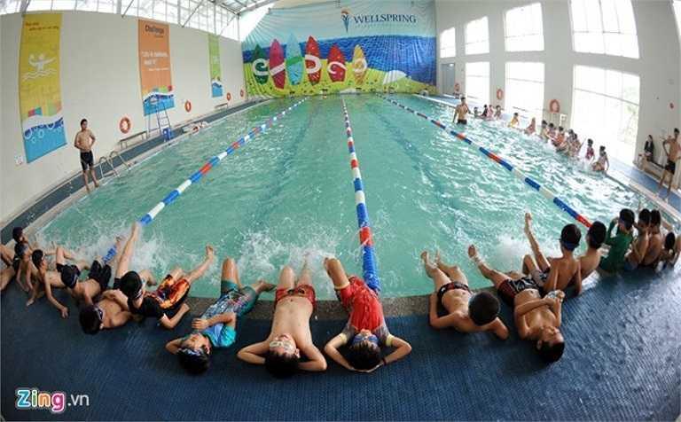 Trường học có khu bể bơi nước nóng trong nhà có kích thước 12,5m x 25m.
