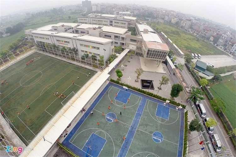 Điểm nhấn của trường đó là khu thể thao gồm sân bóng đá mặt cỏ nhân tạo đạt tiêu chuẩn FIFA và sân bóng rổ hiện đại.