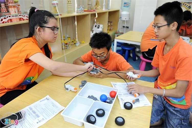 Phòng học robotics mới được triển khai trong năm học này 2014-2015 đã và đang được các em học sinh tham gia hào hứng. Tuy vậy, đội tuyển robotics của nhà trường là đại diện duy nhất của Hà Nội thi giải quốc gia World Robot Olympiad tại TP.HCM.