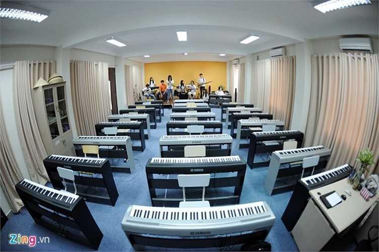 Phòng học chức năng dành cho âm nhạc được thiết kế hiện đại tạo cơ hội phát triển khả năng nghệ thuật cho học sinh. Trong phòng còn có cả sân khấu đủ cho một ban nhạc biểu diễn.