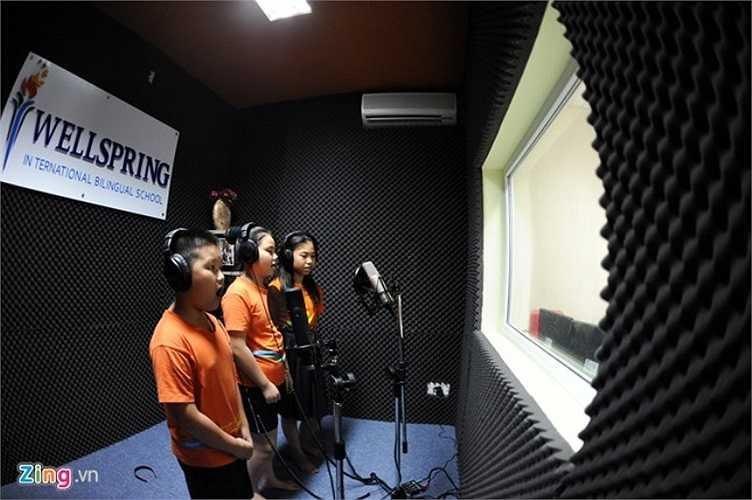 Trường học có phòng thu âm hiện đại, phục vụ cho niềm đam mê ca hát của học sinh và các hoạt động chung của nhà trường.