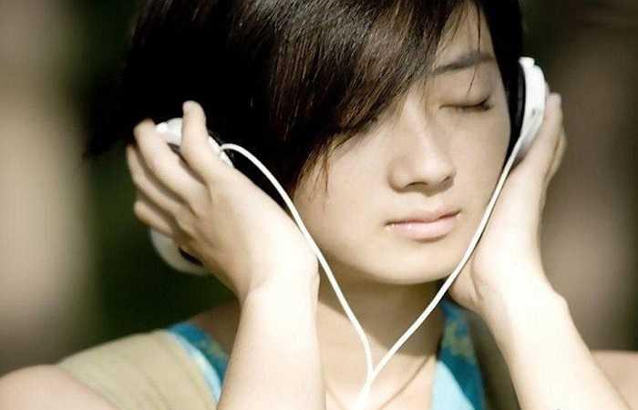 3. Nghe nhạc: Nghe nhạc giúp thư giãn tâm trí và cơ thể. Bạn có thể nghe một bản nhạc yêu thích trong 10-15 phút, nó sẽ có tác dụng làm dịu cơ thể và xua đi mọi căng thẳng, áp lực trong công việc cũng như cuộc sống. Âm nhạc cũng có thể chữa trị các vấn đề liên quan đến mất ngủ.