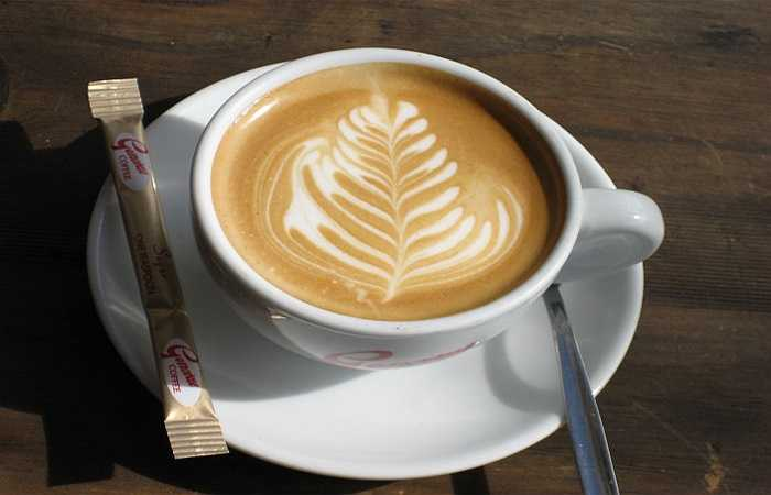 5. Tránh uống cà phê: Cà phê là một chất kích thích và gây ảnh hưởng đến hệ thống thần kinh. Do vậy, nếu bạn uống một tách cà phê trước khi ngủ bạn có thể bị mất ngủ cả đêm. Ngoài ra, bạn cũng nên tránh sôcôla vì chúng cũng có một số lượng caffeine, một lần nữa lại không tốt cho giấc ngủ của bạn.