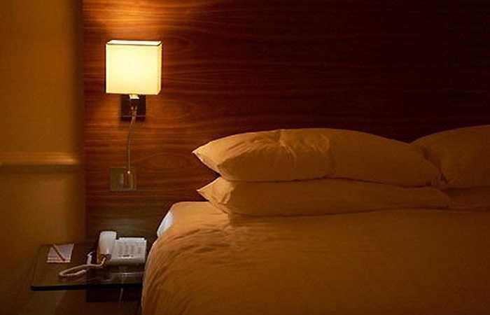6. Ngủ trong phòng tối: Ngủ trong phòng tối sẽ giúp bạn ngủ tốt hơn. Nếu bạn không sợ bóng tối, bạn nên tắt hết tất cả các đèn trước khi ngủ. Ngoài ra, việc giữ cho căn phòng sạch sẽ, hay sử dụng một số mùi hương nhẹ sẽ giúp bạn ngủ sâu giấc hơn.