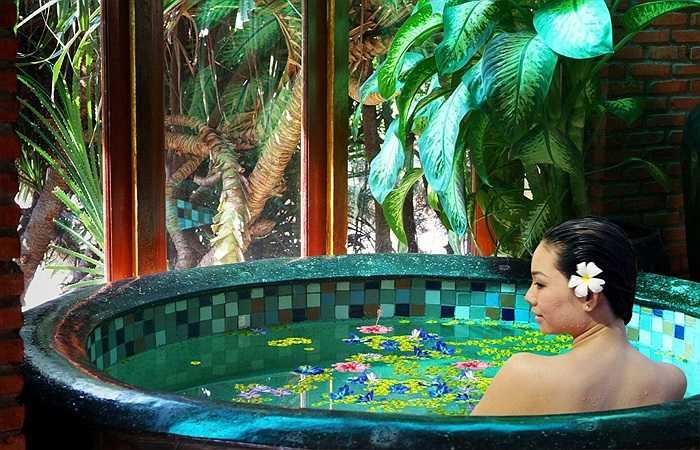 8. Thư giãn trong bồn tắm: Ngâm mình trong nước nóng có thể giúp thư giãn mọi giác quan trên cơ thể, đồng thời nó giúp bạn giải tỏa mọi căng thẳng, ngủ ngon và sâu giấc hơn.