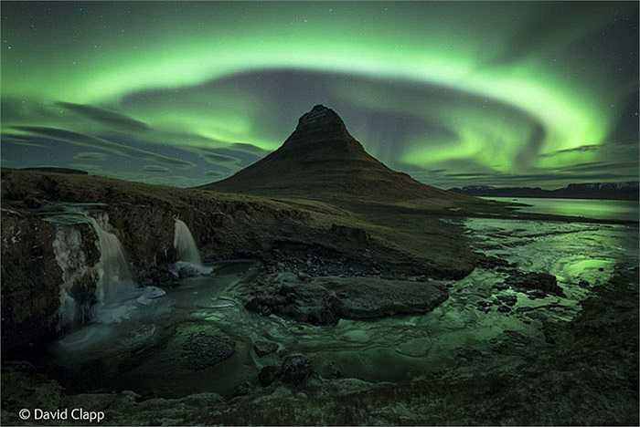 'Magic moutain': Cực quang là một hiện tượng xảy ra vào ban đêm ở hai Cực của Trái Đất được sinh ra do sự tương tác của các hạt mang điện tích từ gió mặt trời với tầng khí quyển bên trên của hành tinh.Nhiếp ảnh gia David Clapp đã đến Snaefellsnes, Iceland vào lúc 2h sáng.