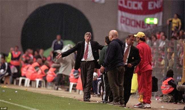 Wenger tỏ ra vô cùng thất vọng sau thất bại trước Galatasaray trong trận chung kết UEFA cup năm 2000