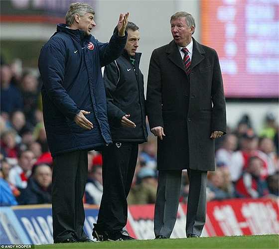 Hình ảnh thường thấy giữa Wenger và Sir Alex Ferguson khi cả hai còn là 'đại kình địch' của nhau