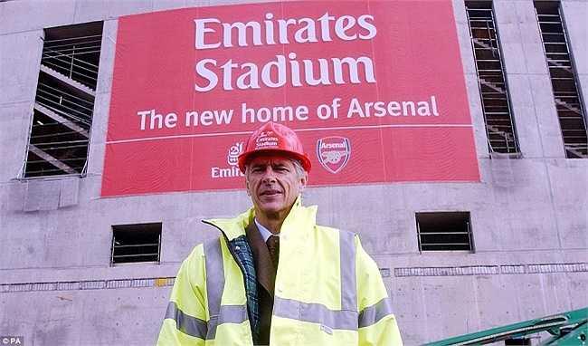 Wenger bên ngoài sân Emirates đang được xây dựng vào tháng 10/2004